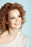 Skönhetmodellflicka med att blåsa blont lockigt hår arkivfoto