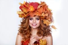 Skönhetmodellflicka med den ljusa sidafrisyren för höst Härlig modekvinnlig med höstlig smink- och hårstil Royaltyfria Bilder
