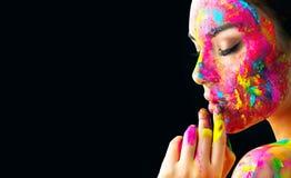 Skönhetmodellflicka med färgrik målarfärg på hennes framsida Stående av den härliga kvinnan med målarfärg för flödande flytande arkivbilder