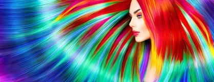 Skönhetmodellflicka med färgrikt färgat hår arkivfoto
