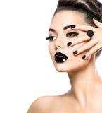 Skönhetmodellflicka med svart makeup och långa lushes royaltyfria bilder