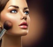 Skönhetmodellflicka som applicerar makeup royaltyfria bilder