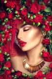 Skönhetmodellflickan med röda rosor blommar kransen och danar makeup Royaltyfri Foto