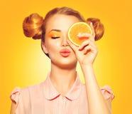 Skönhetmodellflickan tar saftiga apelsiner Royaltyfri Fotografi