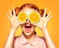 Skönhetmodellflickan tar saftiga apelsiner Fotografering för Bildbyråer