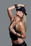 Skönhetmodemodell Girl i läderväst och kortslutningar med en hatt Arkivbilder