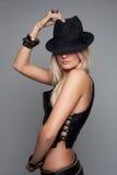 Skönhetmodemodell Girl i läderväst och kortslutningar med en hatt Arkivfoton