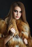 Skönhetmodemodell Girl i rävskinnspäls Fotografering för Bildbyråer