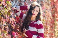 Skönhetmodemodell Girl med höstligt smink Fotografering för Bildbyråer