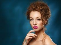 Skönhetmodemodell Girl med lockigt rött hår, långa ögonfrans. Arkivbilder