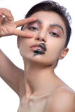 Skönhetmodemodell Girl med svart smink, långa Lushes För kaviarsvart för mode moderiktig manikyr konst spikar Mörk läppstift Arkivfoto