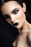 Skönhetmodemodell Girl med svart smink mörkt Royaltyfri Foto