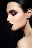 Skönhetmodemodell Girl med svart smink mörkt Royaltyfria Foton