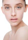 Skönhetmodemodell med naturlig makeuphudomsorg Royaltyfri Foto