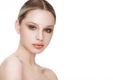 Skönhetmodemodell med naturlig makeuphudomsorg Royaltyfri Bild