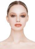 Skönhetmodemodell med naturlig makeuphudomsorg Royaltyfria Bilder