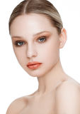 Skönhetmodemodell med naturlig makeuphudomsorg Royaltyfria Foton