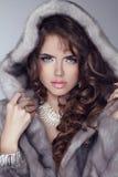 Skönhetmodemodell Woman i Mink Fur Coat. Vinterflicka i Luxu Arkivbilder