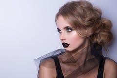 Skönhetmodemodell Woman, stående, dam med svarta kanter Arkivfoton