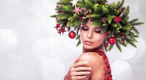 Skönhetmodemodellen Girl med gran förgrena sig garnering fotografering för bildbyråer