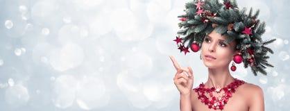 Skönhetmodemodellen Girl med gran förgrena sig garnering arkivfoton