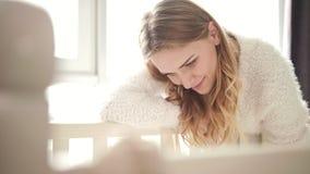 Skönhetmodern som ser på, behandla som ett barn sova flickan Sött moderskap stock video