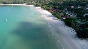 Skönhetnaturlandskap med stranden, havet och djungeln på Thailand Surrvideo 4K stock video