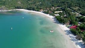 Skönhetnaturlandskap med stranden, havet och djungeln på Thailand Surrvideo 4K lager videofilmer