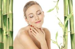 skönhetomsorgsflickan ansade naturlig hud gott Arkivbild