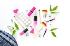 Skönhetpåse med skönhetsmedel, preventivmedel och preventivpillerar på bästa sikt för vit tabellbakgrund Royaltyfri Fotografi