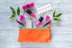 Skönhetpåse med skönhetsmedel, preventivmedel och preventivpillerar på träcopyspace för bästa sikt för tabellbakgrund Arkivbilder