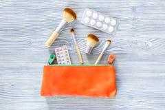 Skönhetpåse med skönhetsmedel, preventivmedel och preventivpillerar på träcopyspace för bästa sikt för tabellbakgrund Royaltyfri Foto