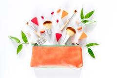 Skönhetpåse med skönhetsmedel, preventivmedel och preventivpillerar på vit copyspace för bästa sikt för tabellbakgrund Arkivfoto
