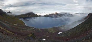 Skönhetpanorama: sikt av den aktiva Khangar för kratersjö vulkan på Kamchatka (Ryssland) Arkivfoto