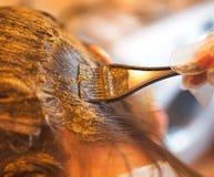 Skönhetrutin av färgläggninghår med naturlig henna Arkivfoton