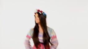Skönhetryssflicka med girlanden - etnisk dans stock video