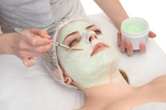 Skönhetsalong, ansikts- applicera för maskering fotografering för bildbyråer