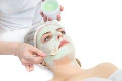 Skönhetsalong, ansikts- applicera för maskering royaltyfria bilder
