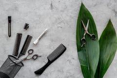 Skönhetsalong Haidressing hjälpmedel på grå färger bordlägger bästa sikt för bakgrund arkivbilder