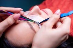 Skönhetsalong, slut för ögonfransförlängningstillvägagångssätt upp lång kvinna för härligt hår arkivfoton