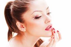 Skönhetskott av den härliga kvinnaframsidan som bär yrkesmässigt smink Arkivbild