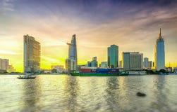 Skönhetskyskrapor längs den stads- floden slätar ner ljus Royaltyfri Bild