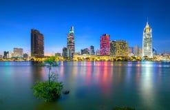 Skönhetskyskrapor längs flodljus slätar ner stads- Arkivbilder