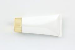 Skönhetsmedel buteljerar, det tomma förpackande röret för vit Arkivbilder