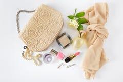 Skönhetsmedel, dofter, smycken som göras av pärlor, och handväska Fotografering för Bildbyråer