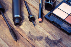 Skönhetsmedel för ögon: blyertspenna mascara, eyeliner, falska ögonfrans royaltyfri foto