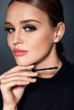 Skönhetsmedel Flicka med perfekt makeup, långa ögonfrans och mascara royaltyfri fotografi