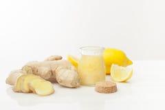 Skönhetsmedel hemlagad citron, ingefära på den vita trätabellen royaltyfri foto