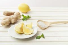 Skönhetsmedel hemlagade för ingefära, salta och nödvändiga oljor för citron, på wh arkivbild