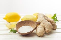 Skönhetsmedel hemlagade för ingefära, salta och nödvändiga oljor för citron, på whi Royaltyfri Bild